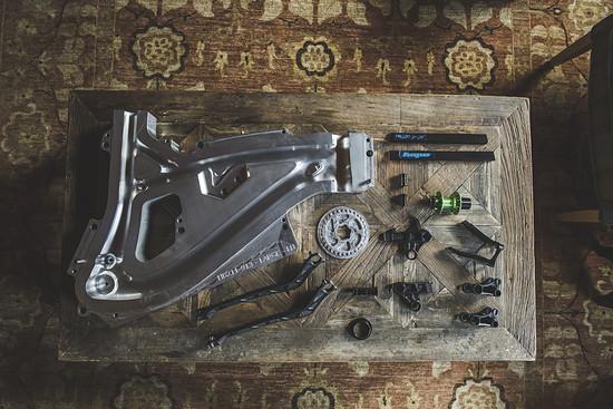 Hope hatte in Schottland eine Aluminium-Mold sowie einige Hinterbau-Frästeile mit im Gepäck.