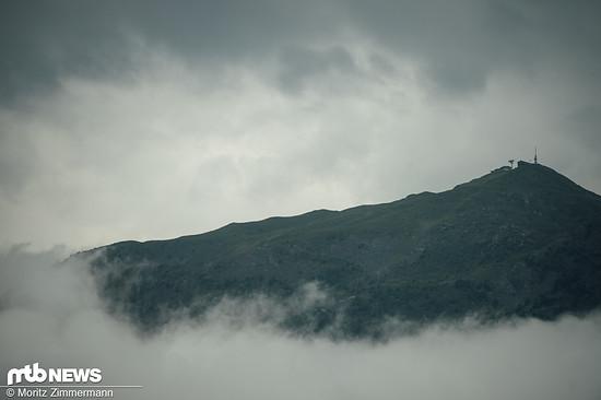 Nachdem zur Qualifikation am Freitag noch eitler Sonnenschein herrschte, wurden die Fahrer am Renntag von Nebel und prasselndem Regen geweckt
