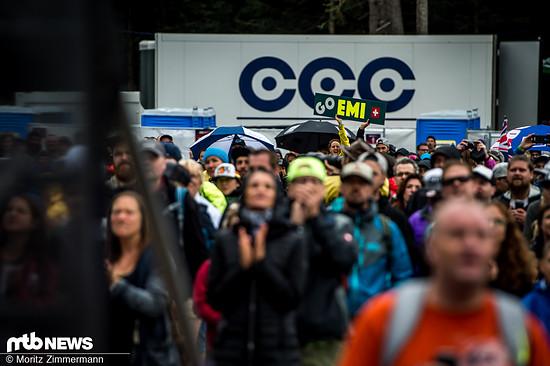 Trotz durchwachsenem Wetter kamen die schweizer Zuschauer in Scharen und verbreiteten gute Laune.