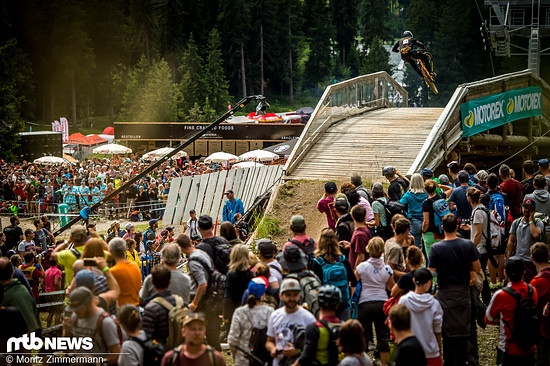 Dean Lucas gab auf dem letzten Brücken-Sprung zwischen den Zuschauer-Massen alles!