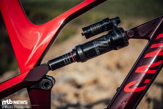Am Heck verwaltet ein RockShox Super Deluxe RCT-Dämpfer die für ein Trailbike üppigen 150 mm Federweg.