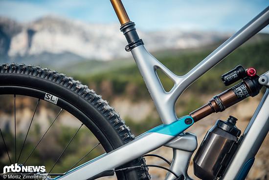 Mit einem langen Reach, dem relativ flachen Lenkwinkel sowie dem sehr steilen Sitzwinkel reiht sich das YT Jeffsy Geometrie-Technisch bestens in die Riege moderner Trailbikes ein