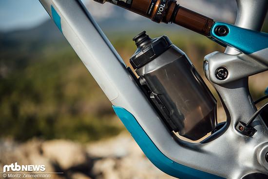 In Kooperation mit Fidlock bietet YT eine schön integrierte und perfekt in den Rahmen passende Trinkflasche an.