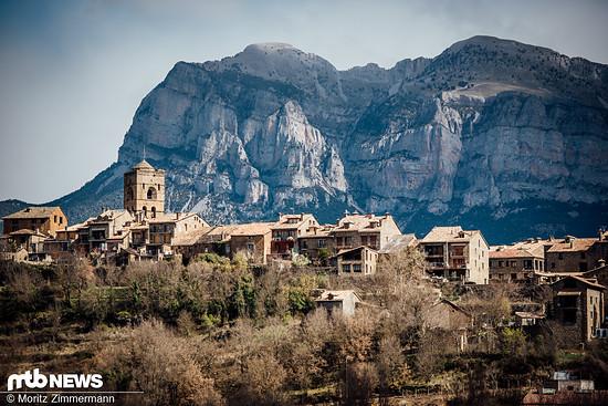 Die kleine Stadt am Fuße der Pyrenäen ist nicht nur traumhaft gelegen …
