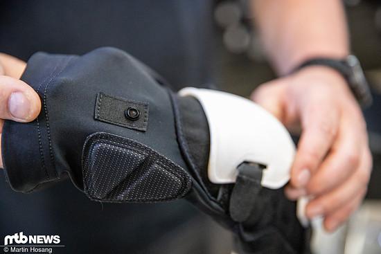 Mittels Clip lassen sich die Knieschoner an Shorts und Safety-Jackets befestigen.