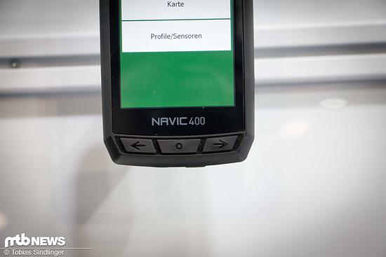 Das Display des Navic 400 kann sowohl mit Knöpfen unterhalb des Displays als auch mit dem Touchpad auf dem Display bedient werden