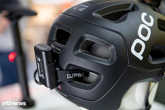 Der Akku kann einfach an der Rückseite des Helms befestigt werden.