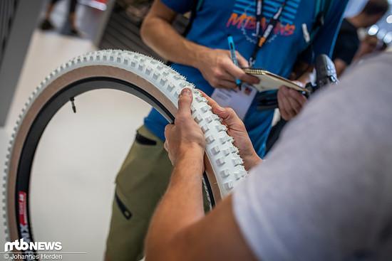 ... und kommt mit einem Dual Compound-Profil mit weichen Seitenstollen und harten Stollen auf der Lauffläche