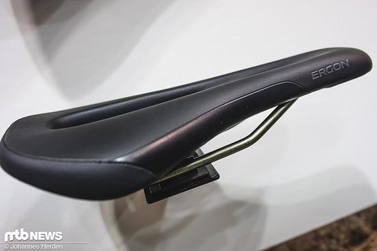Um besser mit der Innenseite der Schenkel geführt werden zu können, sind die Modelle SM Enduro Comp und Pro Titanium rundum gepolstert