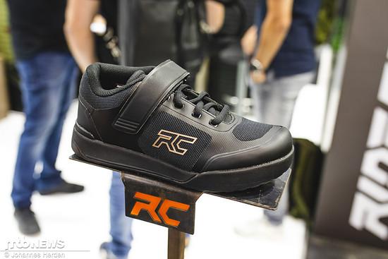 Auch der Ride Concepts Traverse ist ein Damen-Modell, das sowohl in schlichtem Schwarz ...