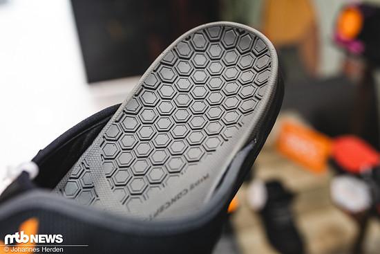 Für Grip sorgt hier das Waben-förmige Sohlen-Design auch im Schuh