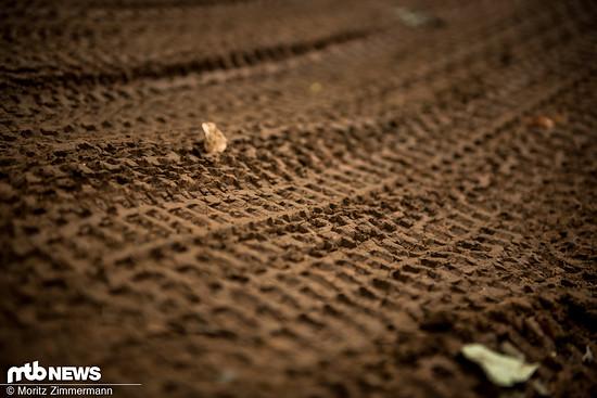 Während der Boden in den griffigen Kurven in perfektem Zustand war …