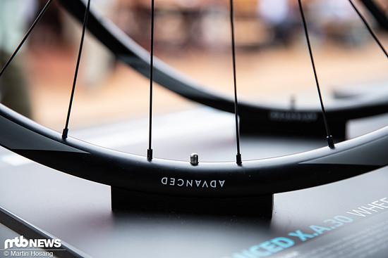 Die neuen Carbon-Laufradsätze sind mit 30 mm und 25 mm Breite erhältlich und richten sich an XC-Rennfahrer und Trailbiker