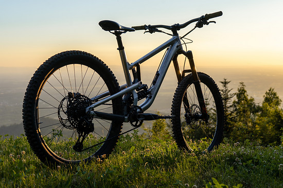 Am Heck arbeitet ein Rock Shox Super Deluxe Coil RCT
