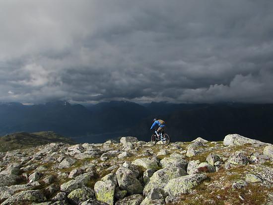 Einen Weg zwischen Felsen finden in Norwegen
