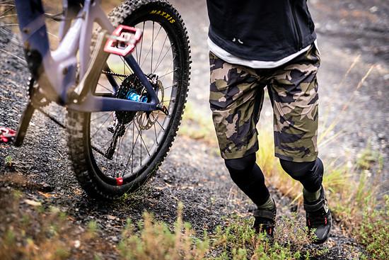 Im Bereich der Knie sind Taschen integriert, in denen sich D30-Protektoren aus Fox-Knieschonern einschieben lassen. Damit bietet die Hose einen umfassenden Schutz gegen praktisch alles. Nur die Optik ist wohl eher gewöhnungsbedürftig …