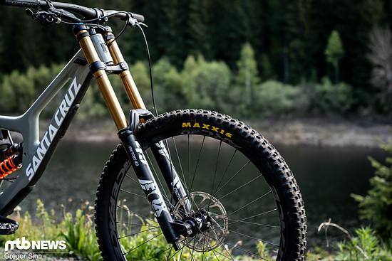 An der Front arbeitet wie bei den meisten Bikes im Testfeld die hochwertige Fox 49 Factory-Federgabel mit 200 mm Federweg.