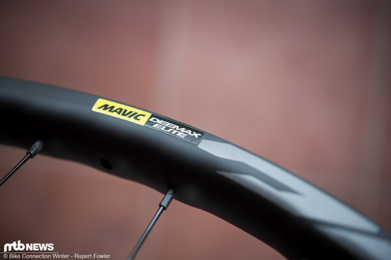 Die Felgen kommen nicht etwa in knalligem Mavic-Gelb, sondern in einem schlichten Schwarz mit grauen Decals.