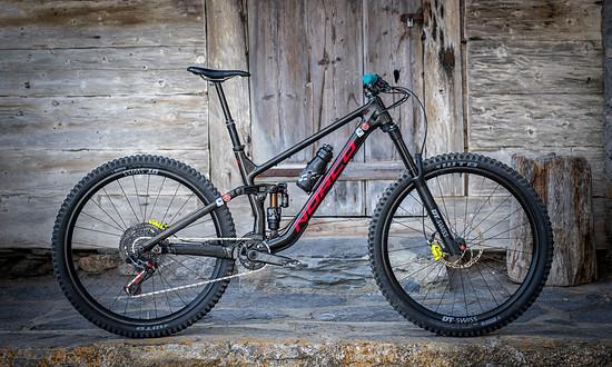 """Anitas Bike in """"Sparkle Black"""" und mit Fox X2-Dämpfer"""