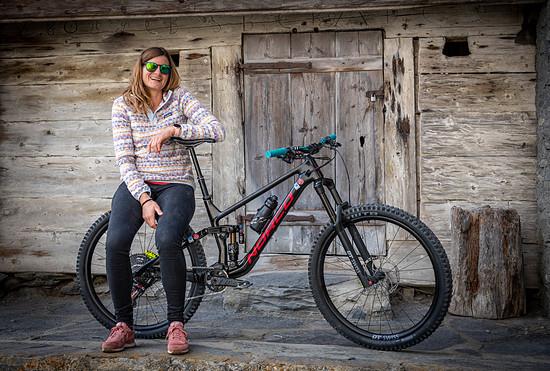 Beide fahren das Bike in Rahmengröße L, im Vergleich zum Enduro-Bike Range ist der Reach um fast 30 mm länger.