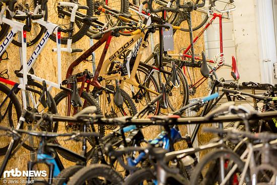 Eine Menge Bikes warten auf eine Ausfahrt