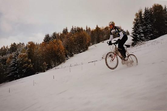 Kleine Kicker im Schnee: Mit Kumpel Freddy macht Martin die ersten Versuche als Bikefotograf