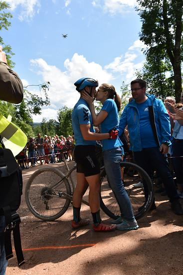 Das Bike und ein Kuss der Liebsten ließen die Schmerzen vergessen.