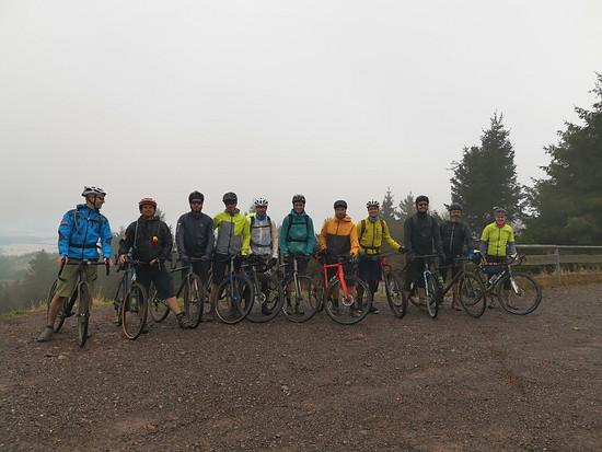 """Ein Teil des Teams bei der gemeinsamen """"Klassenfahrt"""" - dieses Jahr ging es mit Gravelbikes bei mittelmäßigem Wetter über den Rennsteig in Thüringen."""