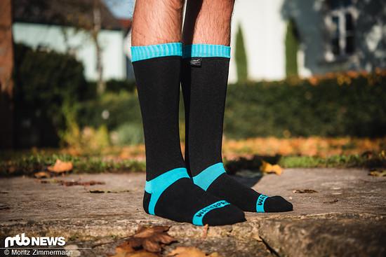Die Dexshell Waterproof Coolvent-Socken fallen vor allem durch ihre Länge auf und sollen so Fuß und Schienbein jederzeit schön trocken halten