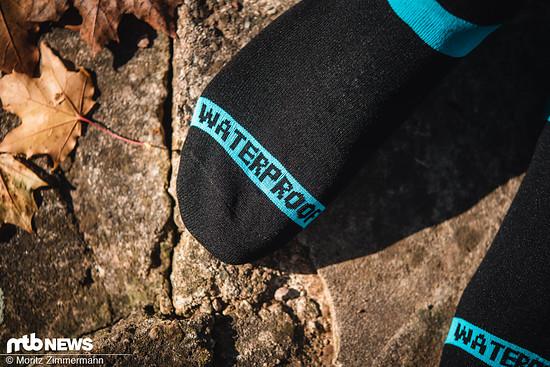 Wie die Aufschrift bereits vermuten lässt, sind die Socken absolut wasserdicht und lassen keine Feuchtigkeit ins Innere durch.