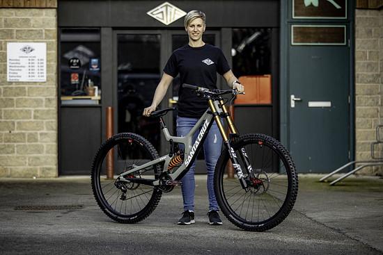 Mit Nina Hoffmann Racing – Stif startet die deutsche Downhill-Hoffnung ihr eigenes UCI-Team