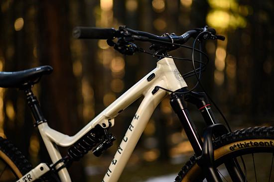 """Ein nicht übermäßig steiler Lenkwinkel, 29""""-Laufräder und ganz ordentliche Reach-Werte sollen den perfekten Mix aus Laufruhe und Manövrierbarkeit bieten."""