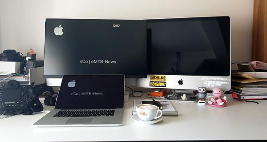 Zu Hause arbeite ich gern an mehreren Bildschirmen und genieße einen guten Cappuccino.