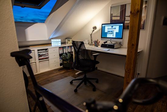Für mich ändert sich nicht so viel im Moment – ich arbeite eh immer im Home Office in meinem Arbeitszimmer. Außer schöner Aussicht gibt es hier wenig zum Ablenken, höchstens noch das Leuchtschild von Frankys Video Power.