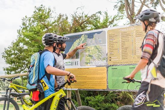 Mit Tuscany Bike bietet er geführte Touren an und baut und pflegt mit anderen die örtlichen Trails