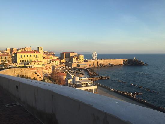 Die Altstadt von Piombino liegt direkt am Meer