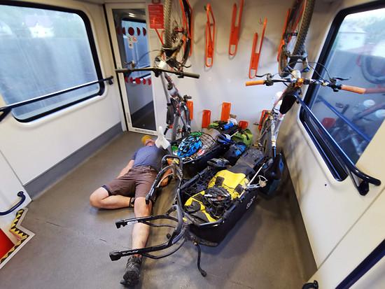Zugfahrt Brno - Prag. Ich passe auf die Räder auf.