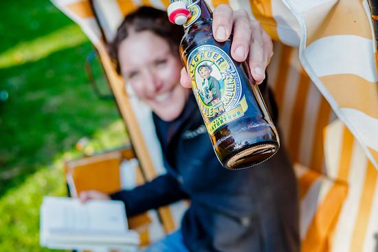 Buch und Bier. Dank Heimatnähe gut temperiert aus dem Kühlschrank.