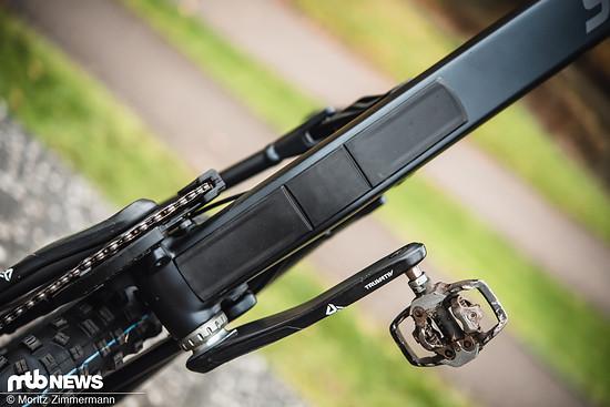 Das Unterrohr des Carbon-Bikes wird von einem Plastik-Protektor bedeckt, der allerdings die Kanten freilässt.