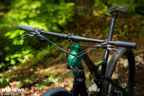 Die Anbauteile des Rads stammen aus einem Mix aus hauseigenen Komponenten und Produkten des Carbon-Spezialisten Enve sowie den Sattelexperten von Prologo