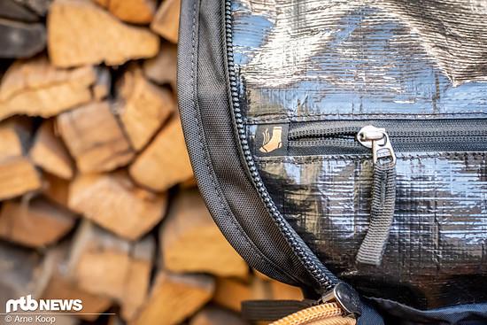 Im Deckel des Hauptfachs ist ein mit Tarpaulin ausgekleidetes Fach für Schmutzwäsche integriert.