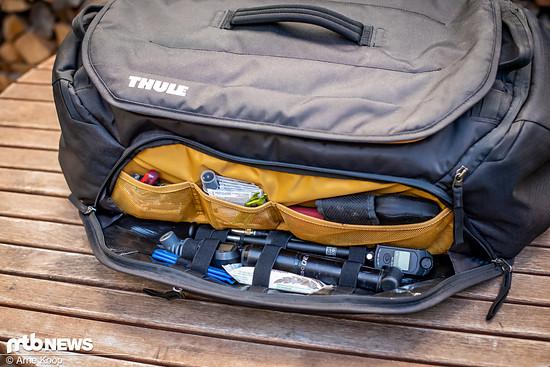 An der Front der Thule RoundTrip Bike Duffel-Tasche befindet sich ein Fach mit Netz-Taschen und Gummi-Schlaufen, das für Werkzeug und Verpflegung vorgesehen ist