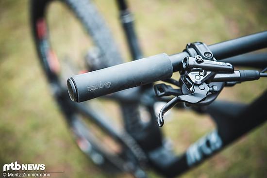 Nicht so schöne Details: Auch wenn das Arc8 Extra in erster Linie als Rahmenset interessant sein dürfte, sind Silikongriffe, die sich ohne viel Kraft verdrehen lassen, an einem Bike dieser Kategorie ungeeignet.
