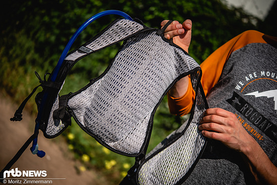 Das dünne Mesh-Material an Rücken und Trägern sorgt für eine hohe Atmungsaktivität.