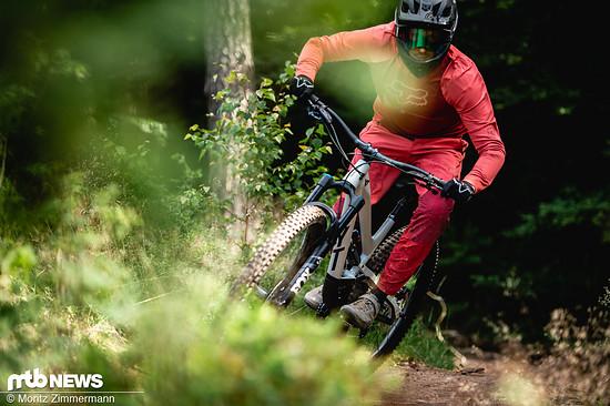 Das Capra Shred ist wie gemacht für den Bikepark-Einsatz, lässt sich aber mit etwas Watt in den Waden auch aus eigener Kraft nach oben pedalieren.