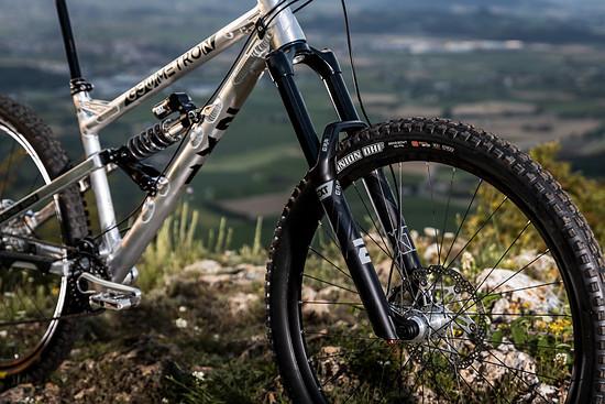 In den vergangenen Jahren hat sich EXT im Mountainbike-Sektor einen Namen mit sehr hochwertigen Stahlfeder-Dämpfern für Enduro und Downhill-Fahrer gemacht.