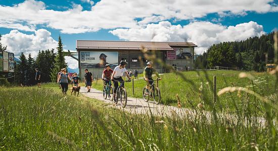 Wanderer und Biker teilen sich hier die Wege
