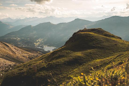 Lenzerheide liegt hier unten im Tal, umgrenzt von gewaltigen Berggipfeln, grünen Weiden und blauen Bergseen