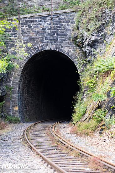 ... durch einen alten Eisenbahntunnel