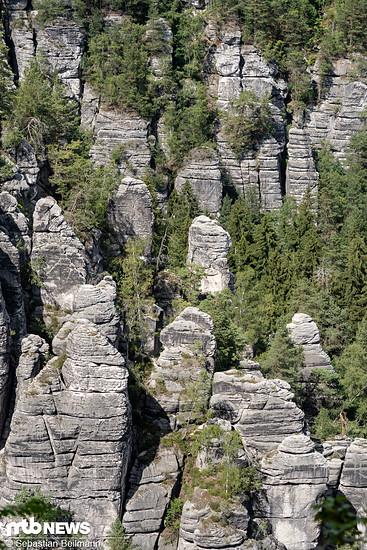 ... den typischen Felsformationen ...